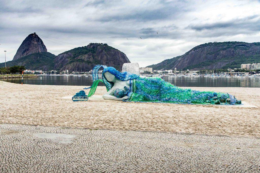 Eine Madonna aus Plastikmüll am Strand: Aktion zum Klimaschutz von Dopper, Hersteller nachhaltiger Trinkflaschen