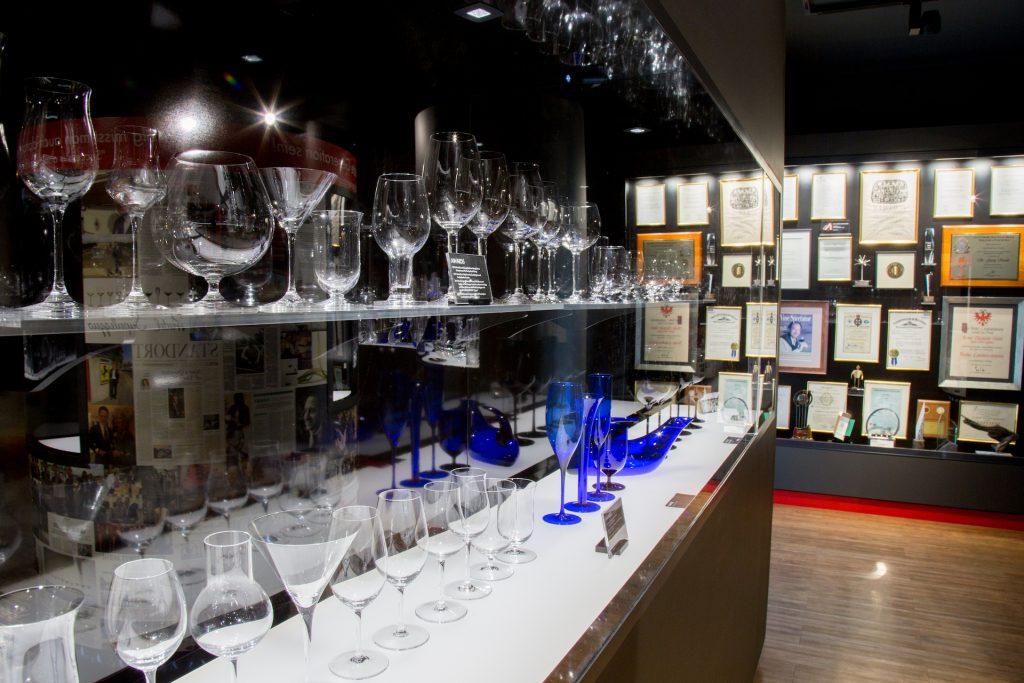 Ausstellungsobjekte im neu eröffneten Riedel Glaskabinett-Museum