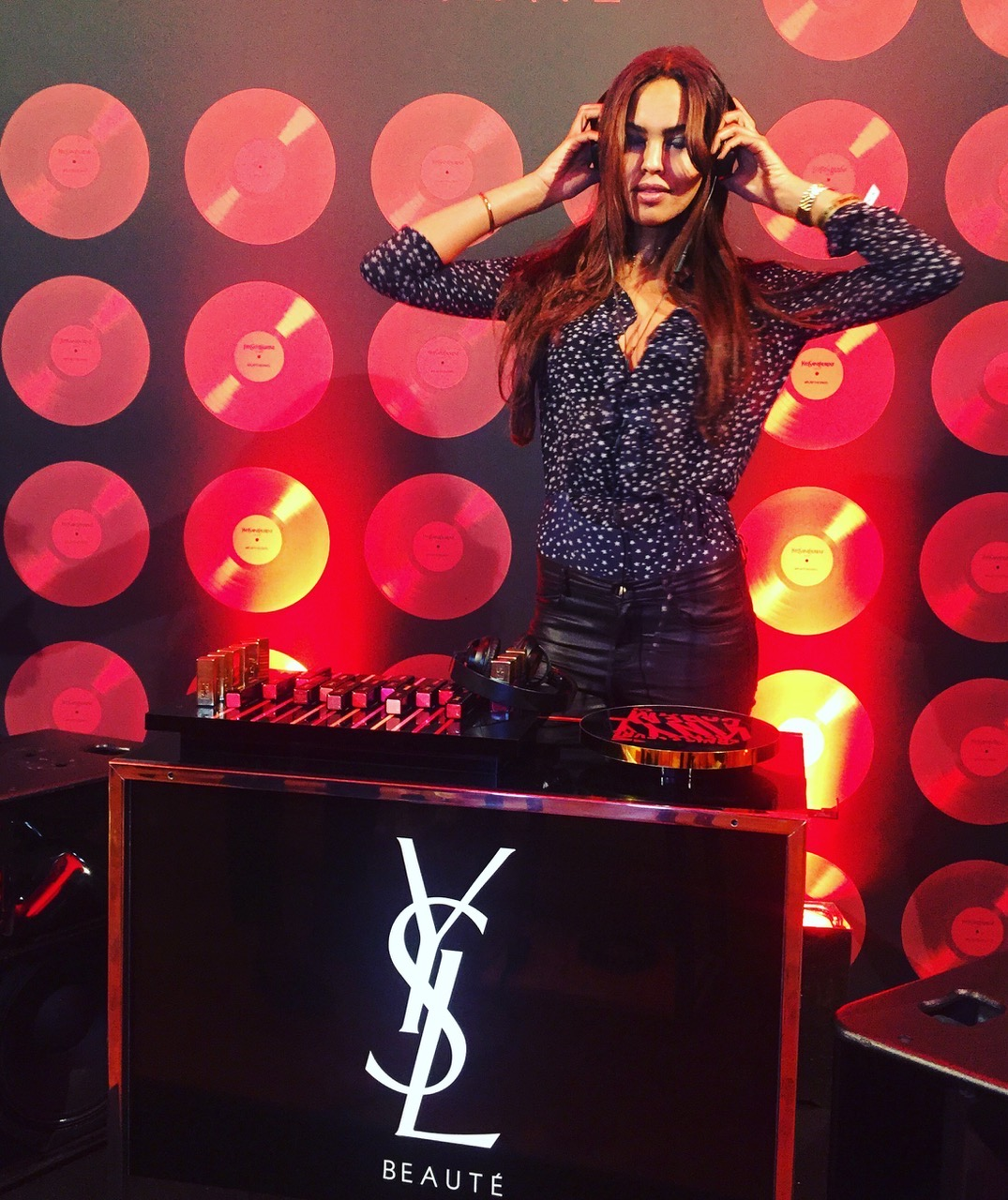 Jill Asemota als Beauty-DJ bei YSL