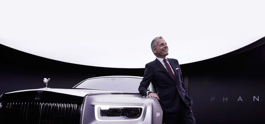 Torsten Müller-Ötvös, CEO von Rolls-Royce Motor Cars, mit Phantom VIII